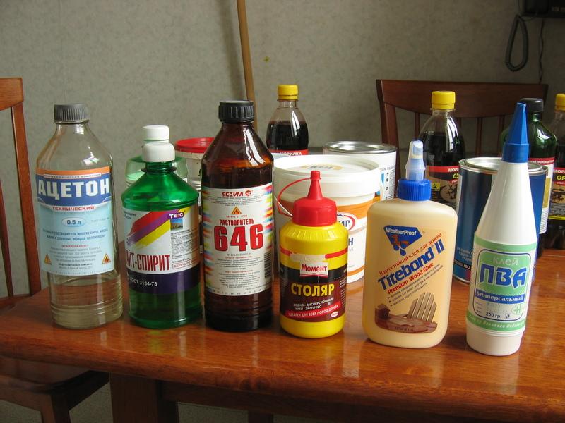 Часто производители красок в продажу выпускают сопутствующие товары, такие как растворители и смывки.